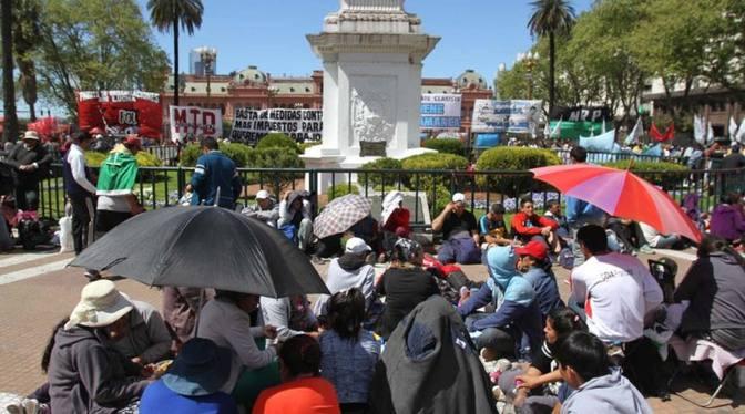 DYN16, BUENOS AIRES 26/09/16, ORGANIZACIONES POLITICAS Y SOCIALES NUCLEADAS EN FOL, ACAMPAN EN OLAZA DE MAYO CONTRA EL AJUSTE Y EL TARIFAZO.FOTO:DYN/EZEQUIEL PONTORIERO