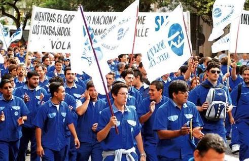 Tëlam Córdoba 01/12/08 Los trabajadores de Volkswagen de Córdoba se manifestaron en rechazo a los despidos y las suspensiones.Foto :Irma Montiel /Télam/jcp